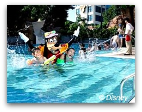 Hollywood Hotel: swimming with Goofy