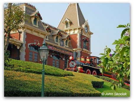 HKDL Train pulls into the station at Main Street USA